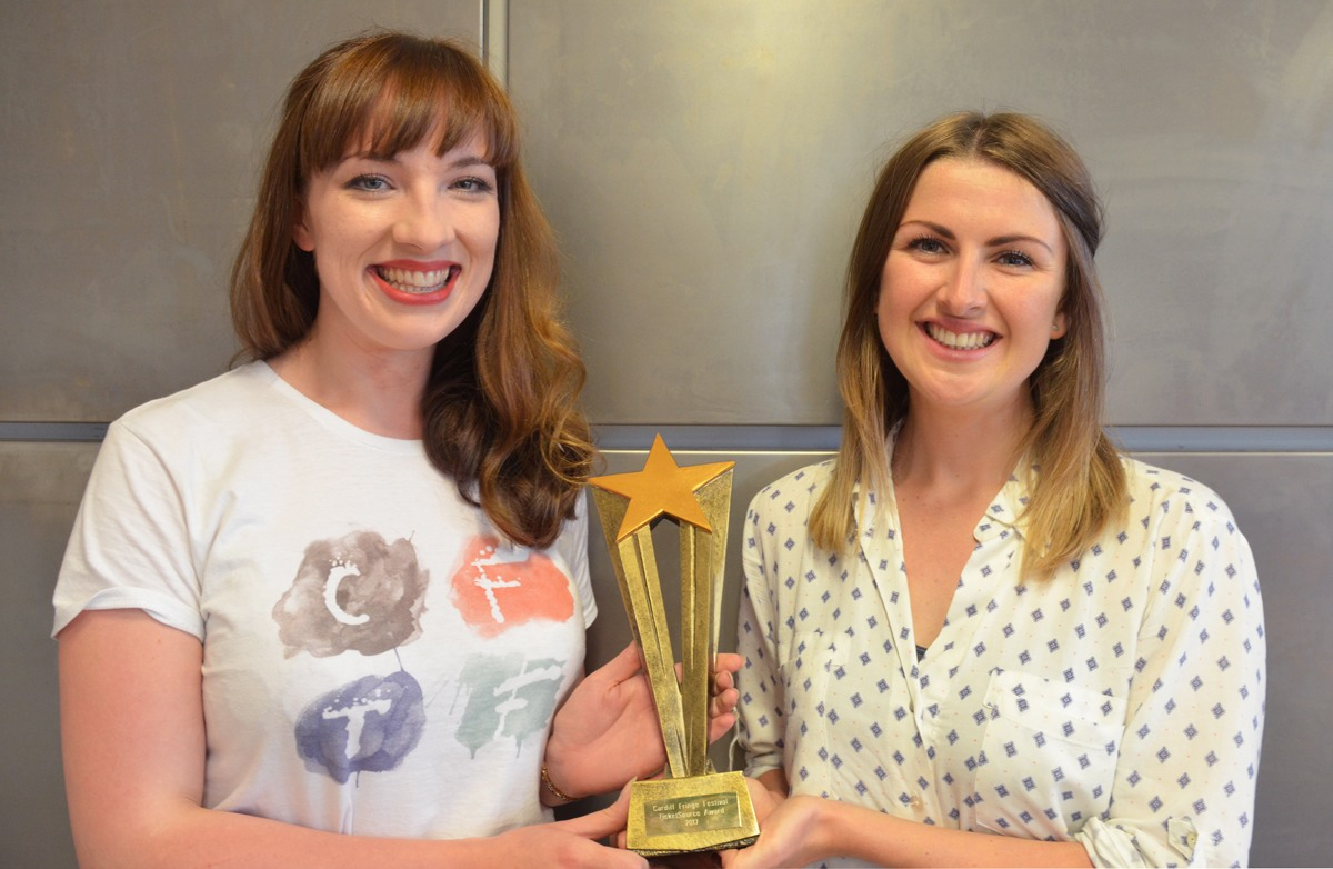 Festival chairperson Isabelle Paige presents Kate Elis with the TicketSource Festival Favourite Award 2017